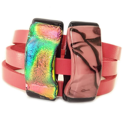 roze leren wikkelarmband met glasfusing kunstwerkjes