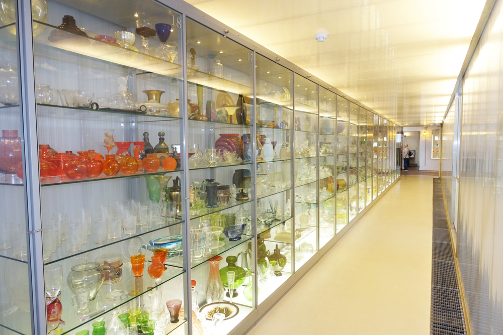 Glazen vitrines vol glaswerk in glasmuseum leerdam