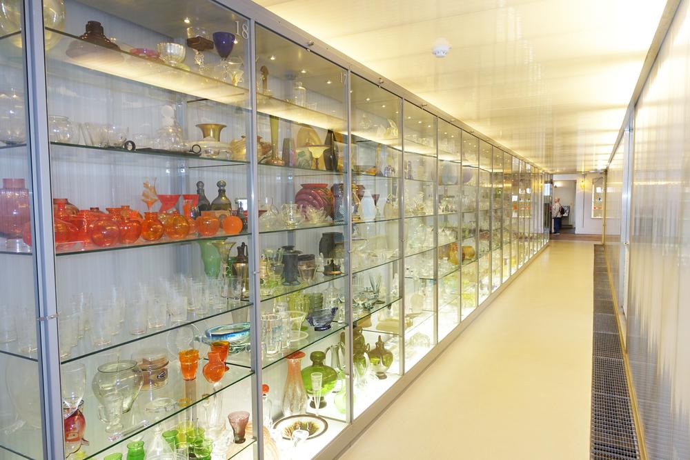 Glazen vitrines vol glaswerk in glasmuseum leerdam