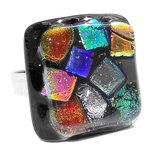 """RVS edelstaal ring met """"steen"""" van zwart glas met gekleurde glazen """"blokjes"""" in de kleuren; rood-or"""