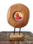 Glaskunst object van houten standaard met glasfusing uit eigen atelier. Kleuren; rood, roze, paars, oranje en geel glas.