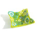 Groene schaal gemaakt van lichtgroen glas met blauwe en witte stippen in het glas.