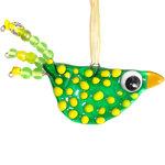 Groene glazen vogel met gele accenten en een groen-geel versierde staart met glaskralen.