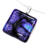 Zwart met blauwe hanger van glas voor aan een ketting. Uniek handgemaakt glazen sieraad.