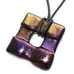 Glazen hanger voor aan een ketting gemaakt van metallic glas in goud en paars tinten.
