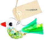 Kleine vogel hanger van transparant en helder groen glas met groene millefiori accenten.