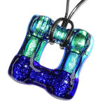 Glazen hanger handgemaakt van luxe dichroide glas in blauw en groen tinten. Ketting hanger voor aan een veter of koord.