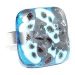 Glazen ring met glasfusing kunstwerkje van grijs/metallic en blauw met turquoise glas.
