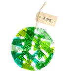 Ronde groene raamhanger van glas. Glazen decoratie voor de muur, ramen of tuin.