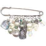 Zilverkleurige broche speld met zilver-grijze glaskralen. Handgemaakte kiltspeld!