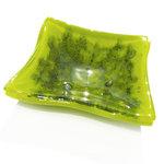 Handgemaakt groen glazen schaaltje met accenten van groene bellen in het glas!