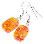 Handgemaakte oranje glazen oorbellen met bloemetjes van millefiori glas.