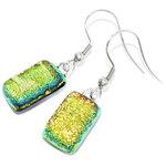Handgemaakte korte oorbellen van goud/geel met groen glas. De bijzondere gloed veranderd afhankelijk van de lichtinval!