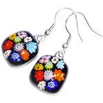 Handgemaakte zwarte oorbellen met kleurrijke bloemen in het glas. Unieke multicolor glasfusing oorbellen.