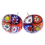 Handgemaakte rode oorknopjes van speciaal millefiori glas. Geleverd incl. chirurgisch staal oorbelstoppers/achterkantjes.
