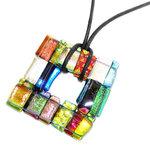 Gekleurde ketting hanger van fantastische kleurrijk dichroide glas. Unieke ketting hanger.