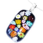 Zwarte glashanger met kleurrijke bloemen van prachtig Italiaans millefiori glas.