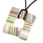 Vierkante glashanger met oranje, bruine, grijze en groene strepen. Hanger voor aan een veter of koord.