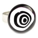 RVS edelstaal ring met zwart-wit glazen kunstwerkje. Afm. glazen cabochon is ca. 1,5 cm.
