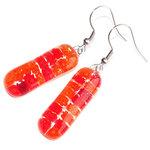 Lange rode oorbellen met een mix van kleine rode millefiori bloemetjes in het glas. Glazen oorbellen uit eigen atelier!