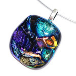Fantastische ketting hanger van blauw, groen en oranje glas. Glasfusing glashanger voor aan een ketting.