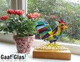 Glaskunst haan in hout. Gekleurde glazen haan van het mooiste glas!