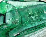 groene glazen schaal met bellen in het glas