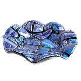 Fraaie ronde schaal van zwart glas met blauw mozaïek patroon.
