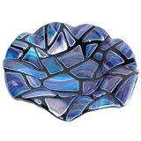 Een fraaie ronde gewelfdeschaal van opaal (ondoorzichtig) zwart glas met eenmozaiek patroon in prachtige blauwe
