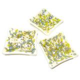 """Set van 3 kleine witte schaaltjes met gave blauwe, limegroene, grijze en witte """"vlekken"""" in het glas."""