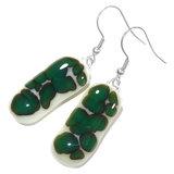 Lange groene oorbellen van ivoorwit glas met donkergroene accenten!