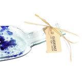 Glazen wijnfles schaal met blauwe accenten. Glasfusing hapjesschaal van een lege fles!