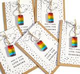 Wenskaart met regenboog hanger van glasfusing! Wenskaart met spreuk en cadeau