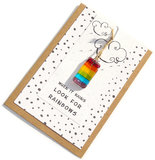 Kaart met spreuk: when it rains look for rainbows met regenboog glas hanger.