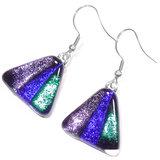 Luxe oorbellen van paars, blauw en groen gekleurd glas. Deze oorbellen hebben een gloed die veranderd afhankelijk van de lichti
