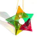 Heldere glazen ster van groen, rood en amber-geel glas! Glazen kerstster om op te hangen.