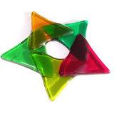 Handgemaakte kerst decoratie van gekleurd glas. Groen rode kerstster