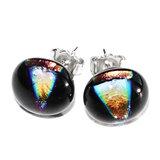 Luxe glazen oorstekers gemaakt van speciaal dichroide glas in zwart met oranje-geel-groene accenten.