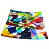 Kleurrijke vierkante glazen schaal van diverse prachtige transparante en opaalglassoorten.