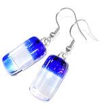 Lange blauw met witte glazen oorbellen.
