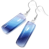 Blauwe glazen oorbellen gemaakt van speciaal glas in een fraai verloop van blauwe tinten!