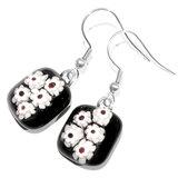 Zwarte oorbellen met wit rode bloemen van speciaal millefiori glas