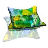 Unieke vierkante glazen schaal van helder groen, geel en blauw glas.