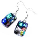 Lange zwarte oorbellen met kleurrijke accenten! Glasfusing uit eigen atelier.