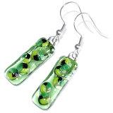 Lange groene oorbellen van helder glas (doorzichtig) met groen-zwarte accenten.