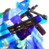 Blauwe glazen hanger met iriserende accenten