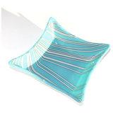 Vierkante lichtblauwe schaal van glas met wit-grijze lijnen.