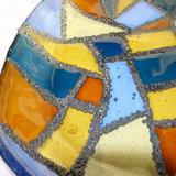 Glazen schaal van helder blauw, ambergeel en bruin glas.