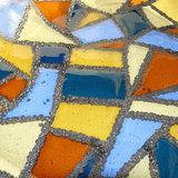 Glazen schaal van heldere glassoorten met opaal grijs-metallic glas.