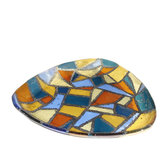 Glasfusing mozaiek schaal van bruin, geel, blauw en grijs glas.